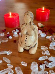 Soška-svícen Bohyně plodnosti - v záři světla